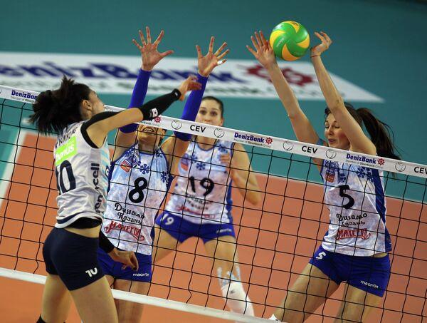 Игроки ЖВК Динамо-Казань Анна Матиенко, Дарья Столярова и Ирина Малькова (слева направо на втором плане)