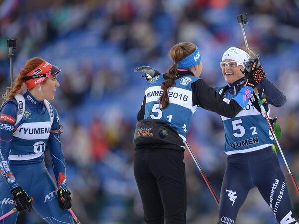 Справа налево: биатлонистка Карин Оберхофер (Италия), лыжница Кертту Нисканен (Финляндия) и Габриэла Соукалова (Чехия)