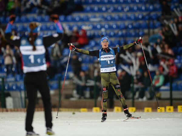 Справа: биатлонист Симон Шемпп (Германия)