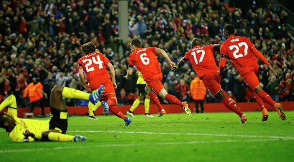 Футболисты английского Ливерпуля Джо Аллен, Деян Ловрен, Мамаду Сако и Дивок Ориджи (слева направо)