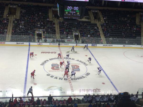 Игровой момент матча юниорских сборных России и США на чемпионате мира