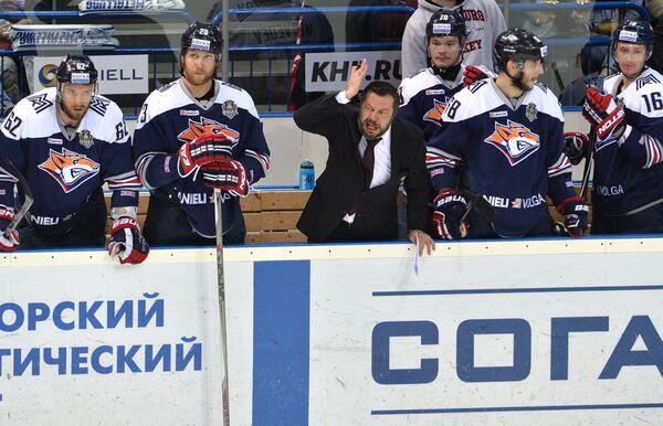 Главный тренер Металлурга Илья Воробьев (в центре)
