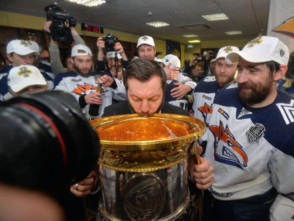 Главный тренер Металлурга Илья Воробьёв и игроки Металлурга