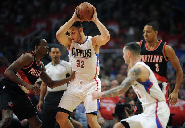 Баскетболист Лос-Анджелес Клипперс Блэйк Гриффин (в центре)