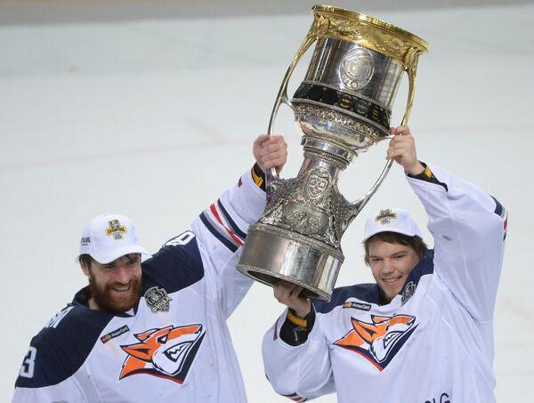 Вратари Металлурга Василий Кошечкин (слева) и Илья Самсонов