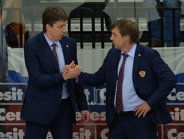 Олег Знарок (справа) и Харийс Витолиньш радуются победе в матче чемпионата мира в Минске