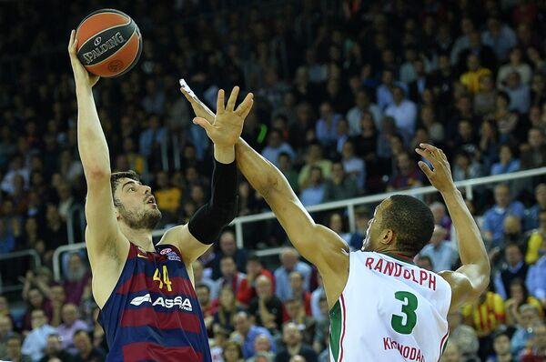 Центровой Барселоны Анте Томич и форвард Локомотива-Кубани Энтони Рэндольф (слева направо)