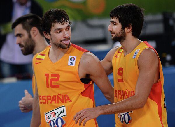 Баскетболисты сборной Испании Серхио Льюль (слева) и Рики Рубио