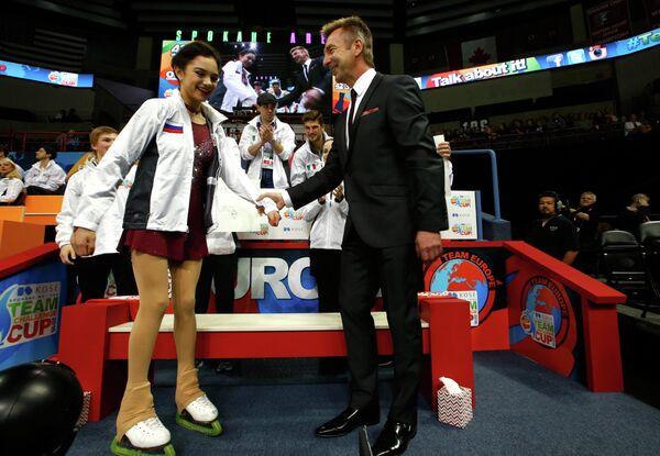 Евгения Медведева и капитан сборной Европы по фигурному катанию Кристофер Дин (слева направо)