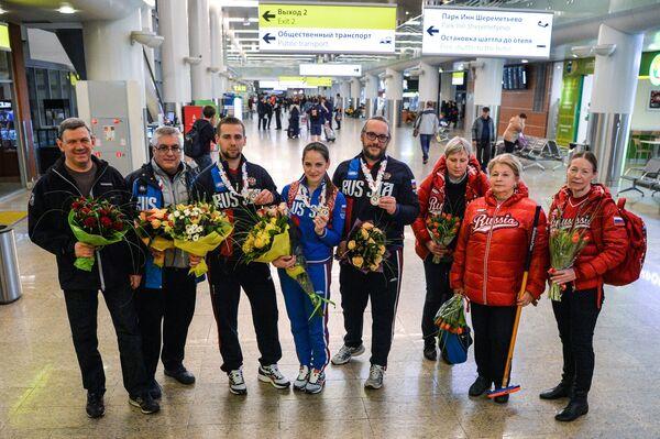 Российские спортсмены Анастасия Брызгалова (в центре) и Александр Крушельницкий (третий слева)