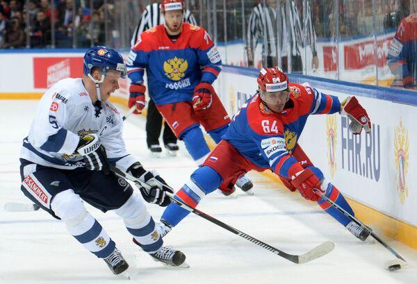 Защитник сборной Финляндии Лассе Кукконен и форвард сборной России Наиль Якупов (справа)