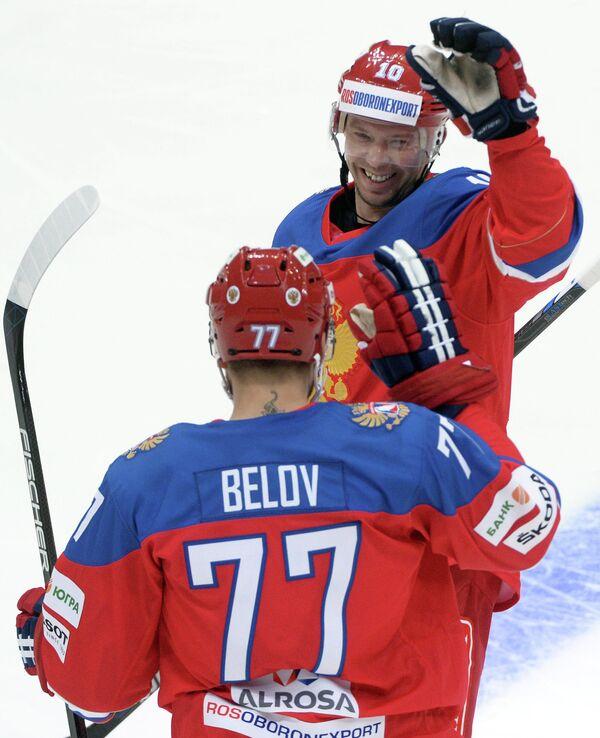 Хоккеисты сборной России Антон Белов (на первом плане) и Сергей Мозякин