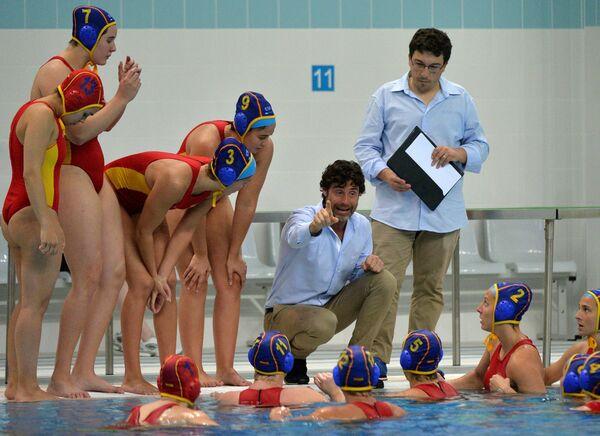Главный тренер сборной Испании Мигель Анхель Оса (в центре) и игроки команды