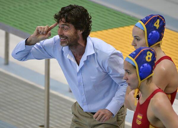 Главный тренер сборной Испании Мигель Анхель Оса дает указания игрокам своей команды