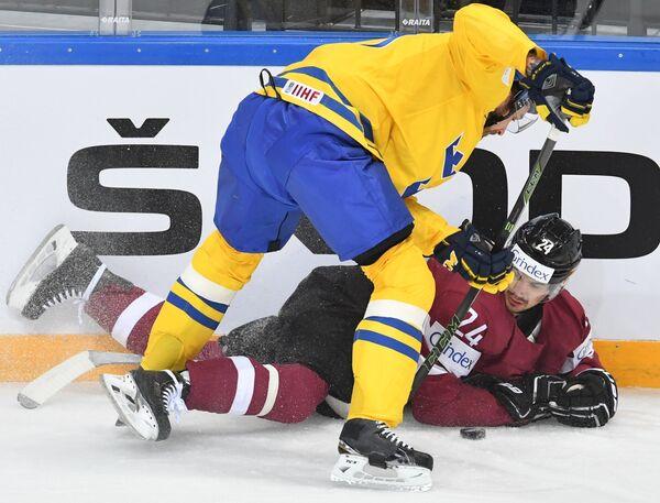 Игрок сборной Латвии Микелис Редлихс (справа)