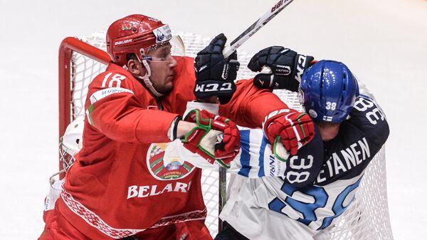 Защитник сборной Белоруссии Кристиан Хенкель (слева) и защитник сборной Финляндии Юусо Хиетанен