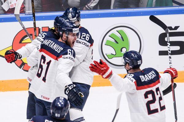 Хоккеисты сборной Словакии радуются забитой шайбе