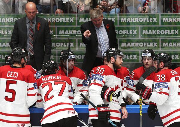 Главный тренер сборной Канады Билл Питерс (в центре на втором плане)