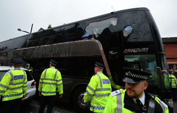 Автобус с футболистами Манчестер Юнайтед, который болельщики Вест Хэма закидали бутылками