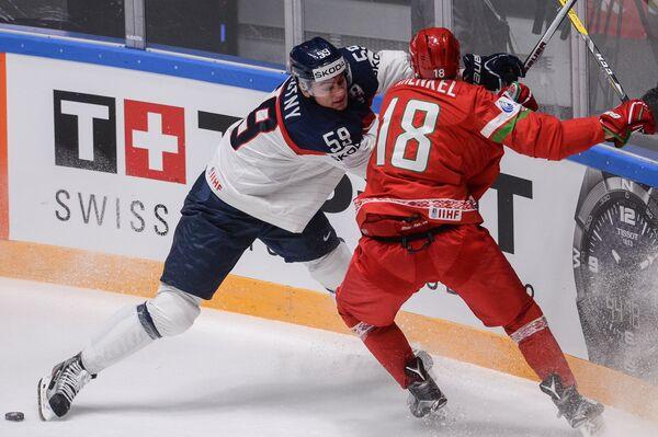 Форвард сборной Словакии Андрей Штястны (слева) и защитник сборной Белоруссии Кристиан Хенкель