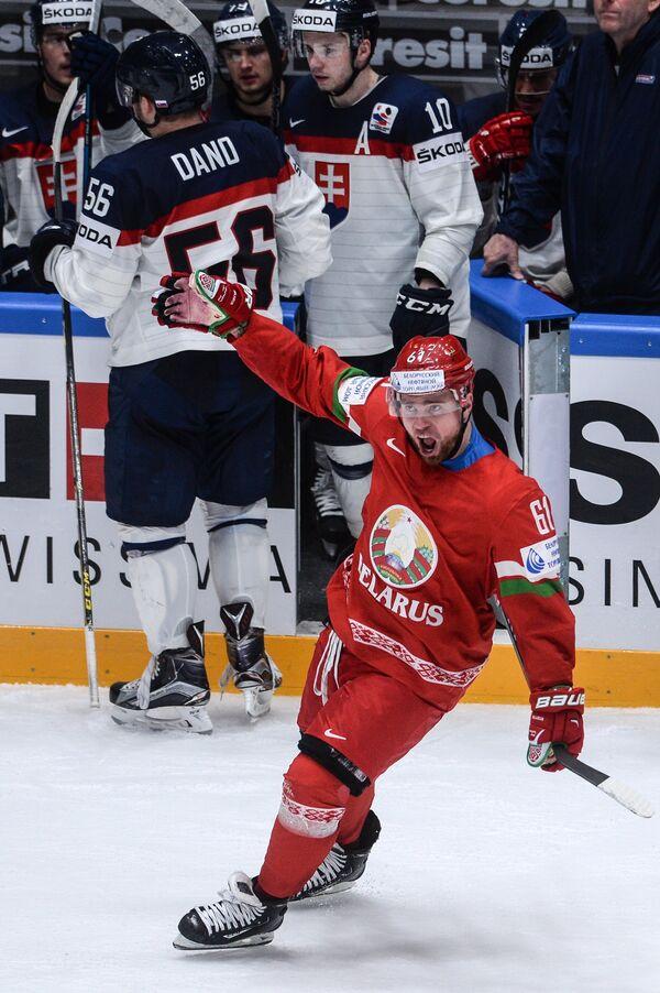 Нападающий сборной Белоруссии Андрей Степанов радуется победе