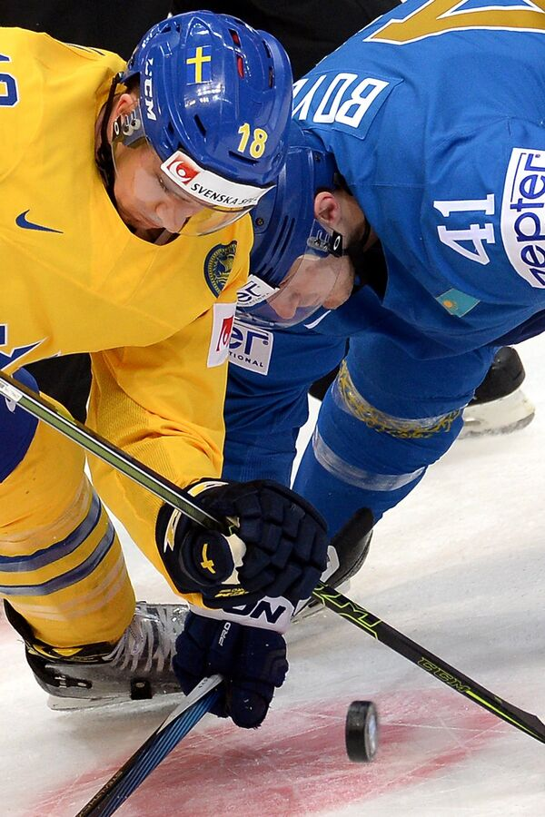 Форвард сборной Швеции Микаэль Баклунд и нападающий сборной Казахстана Дастин Бойд (справа)