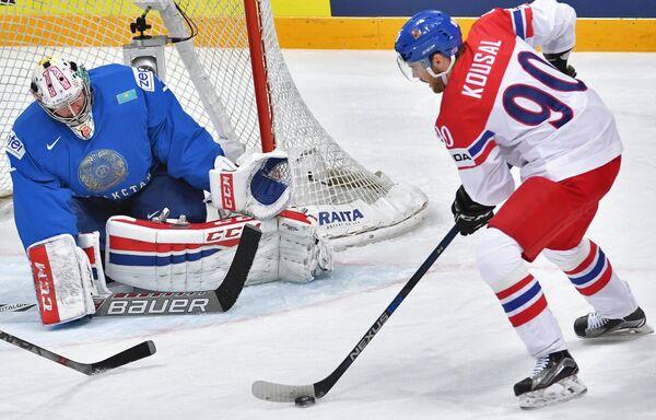 Нападающий сборной Чехии Роберт Коусал и вратарь сборной Казахстана Виталий Колесник (слева)