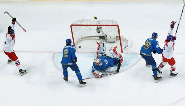 Игровой момент матча чемпионата мира по хоккею Чехия - Казахстан