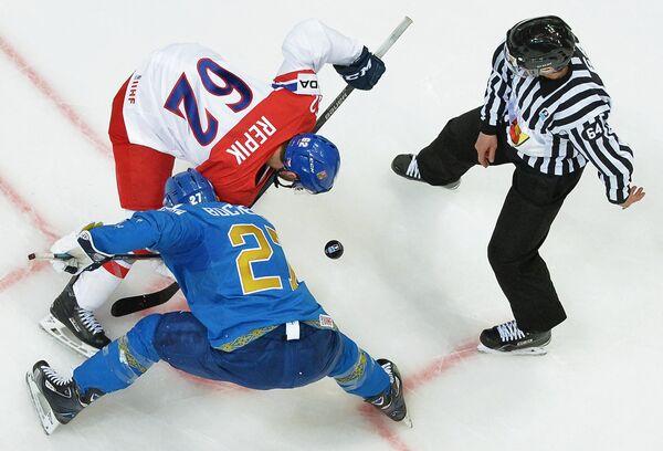 Нападающий сборной Чехии Михал Ржепик (вверху) и нападающий сборной Казахстана Брэндон Боченски (внизу)