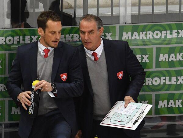 Главный тренер сборной Швейцарии Патрик Фишер (справа)