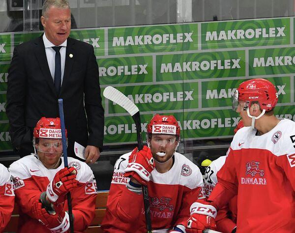 Главный тренер сборной Дании Янне Карлссон (слева на втором плане) и хоккеисты команды