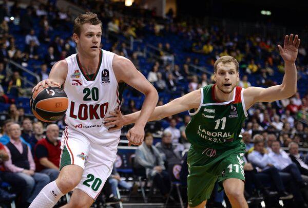 Форвард БК Локомотив-Кубань Андрей Зубков (слева) и защитник БК Лабораль Кутча Яка Блажич