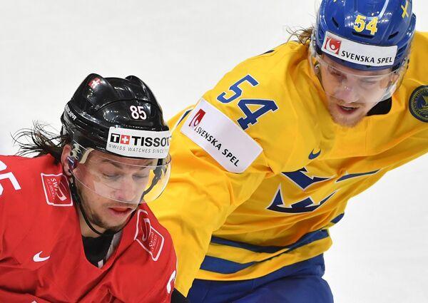 Нападающий сборной Швейцарии Свен Андригетто (слева) и защитник сборной Швеции Антон Линдхольм