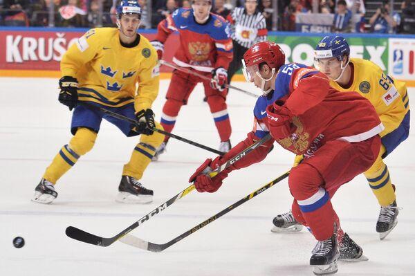 Защитник сборной России Алексей Марченко (слева) и форвард сборной Швеции Андре Бураковски