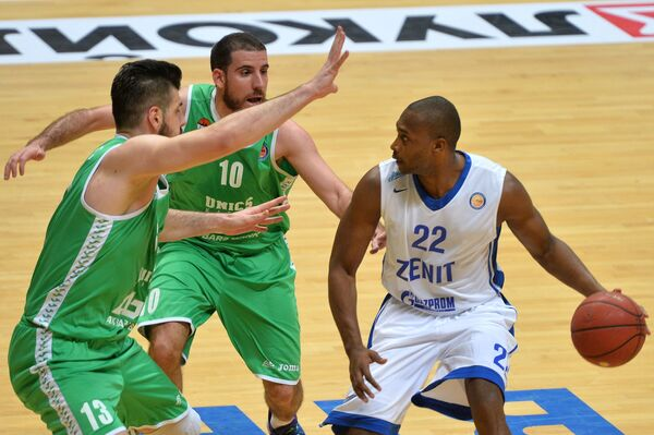 Баскетболисты УНИКСа Марко Банич, Хоакин Колом и защитник Зенита Зебиан Дауделл (слева направо)