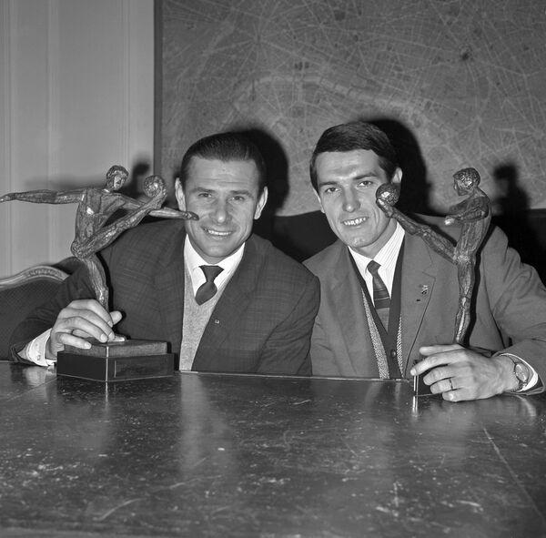 Вратарь сборной СССР Лев Яшин и советский полузащитник Валерий Воронин (слева направо) с наградами за свои достижения в 1964 году