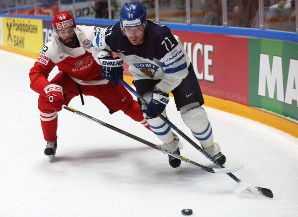 Защитник сборной Дании Маркус Лауридсен (слева) и нападающий сборной Финляндии Леонид Комаров