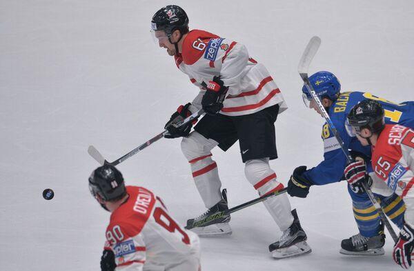 Нападающий сборной Канады Марк Стоун (в центре)
