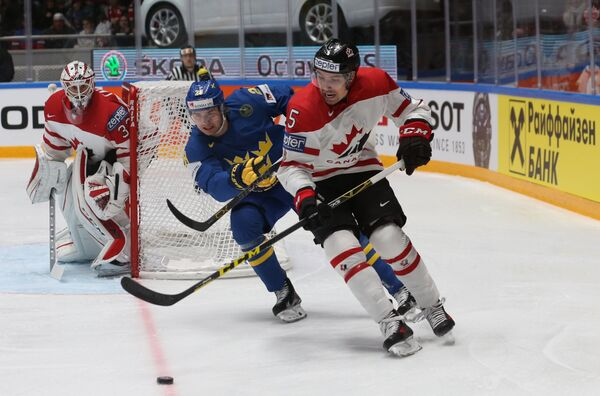 Вратарь сборной Канады Кэм Тальбо,нападающий сборной Швеции Юхан Сундстрём и защитник сборной Канады Коди Сеси (слева направо)