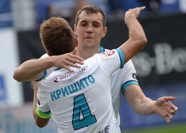 Футболисты Зенита Доменико Кришито и Артём Дзюба (справа) радуются забитому мячу