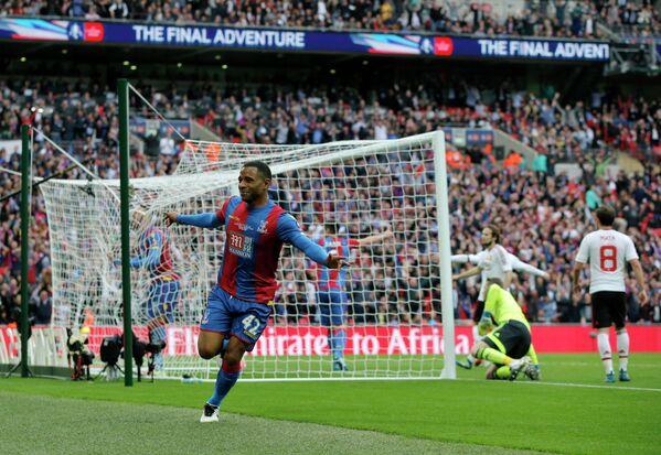 Полузащитник Кристал Пэлас радуется забитому мячу в ворота Манчестер Юнайтед