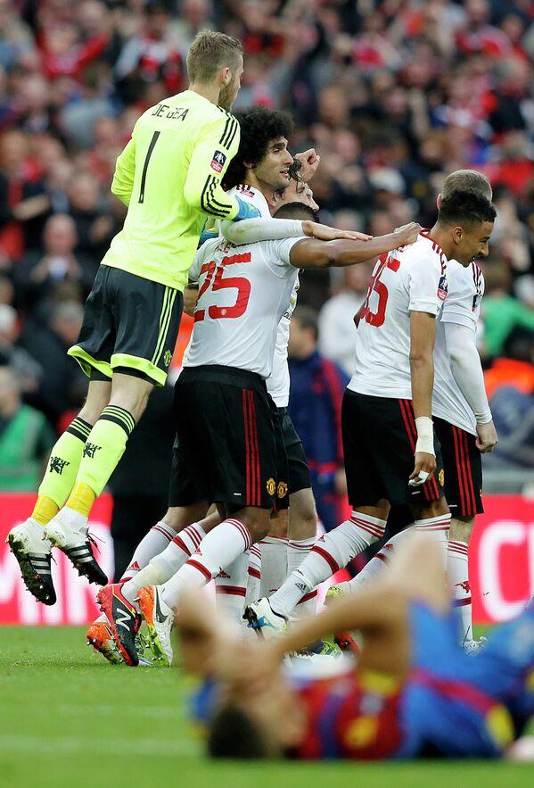 Футболисты Манчестер Юнайтед радуются забитому мячу