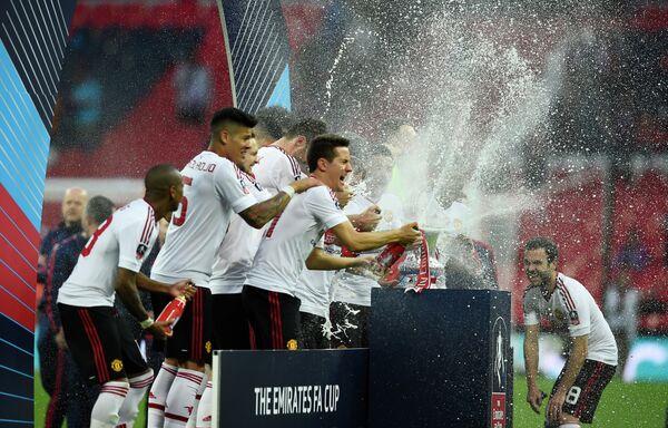 Футболисты Манчестер Юнайтед после победы в Кубке Англии