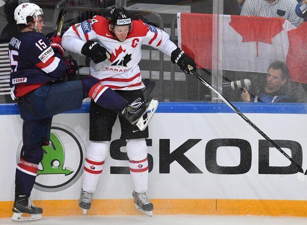 Защитник сборной США Ноа Ханифин (слева) и форвард сборной Канады Кори Перри