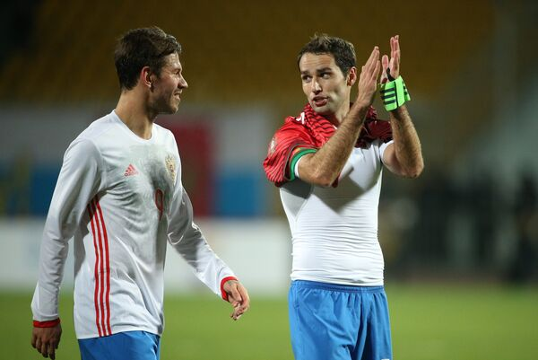 Игроки сборной России Фёдор Смолов (слева) и Роман Широков