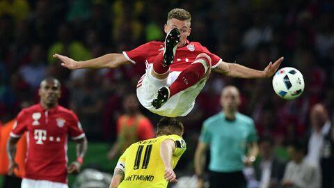 Полузащитник Баварии Йосуа Киммих (вверху) и полузащитник Боруссии Марко Ройс в финальном матче на Кубок Германии
