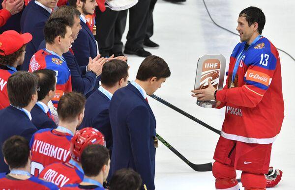 Хоккеисты сборной России с кубком за третье место на чемпионате мира