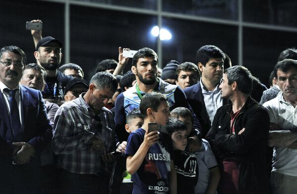 Спортсмен сборной Дагестана по вольной борьбе Абдусалам Гадисов (в центре)