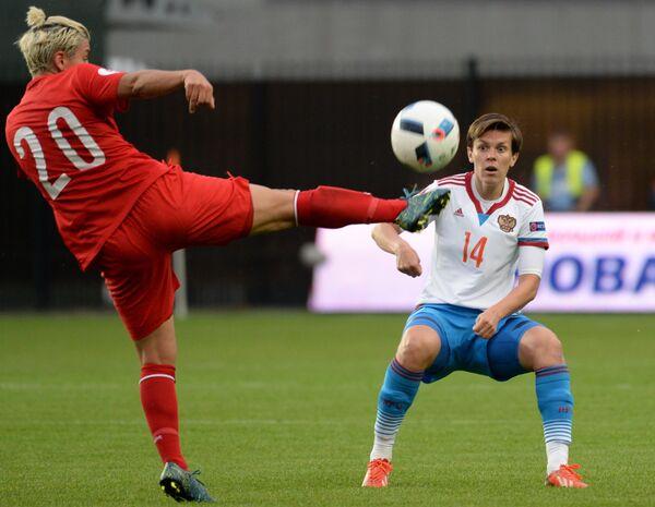 Защитник сборной Турции Джансу Янг (слева) и полузащитник сборной России Олеся Машина