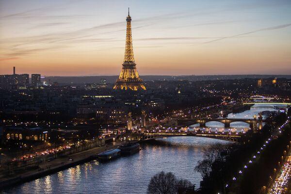 Вид на подсвеченную Эйфелеву башню в Париже